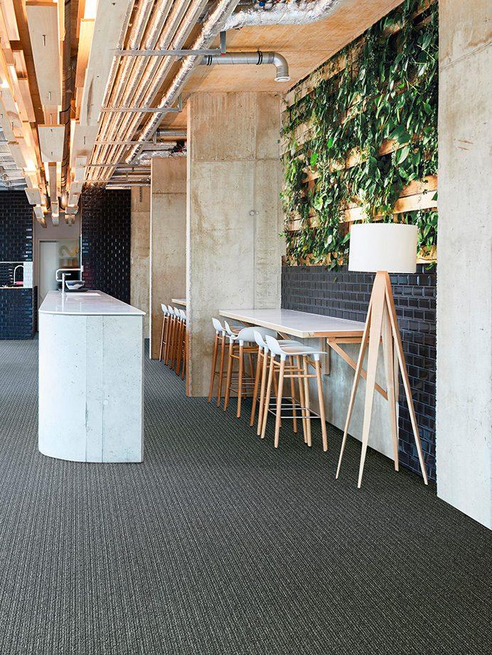 image 7 of 8 - Interfloor Linear Project-SDN - kleur 842 - Hotel eetruimte met groene wand & hout