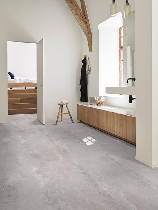 image 1 of 10 - Interfloor Dynamic Cemento - Kleur 643 - Sanitaire ruimte richting slaapkamer