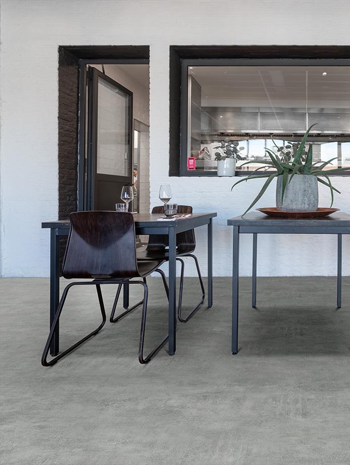 image 8 of 11 – Interfloor Dynamic Stone – Allover beton dessin 461 - Functionele pvc-vloer dinerruimte