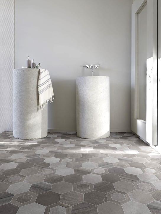 image 2 of 7 – Interfloor Dynamic Woodstone – Hexagon dessin 260 – Sanitaire ruimte